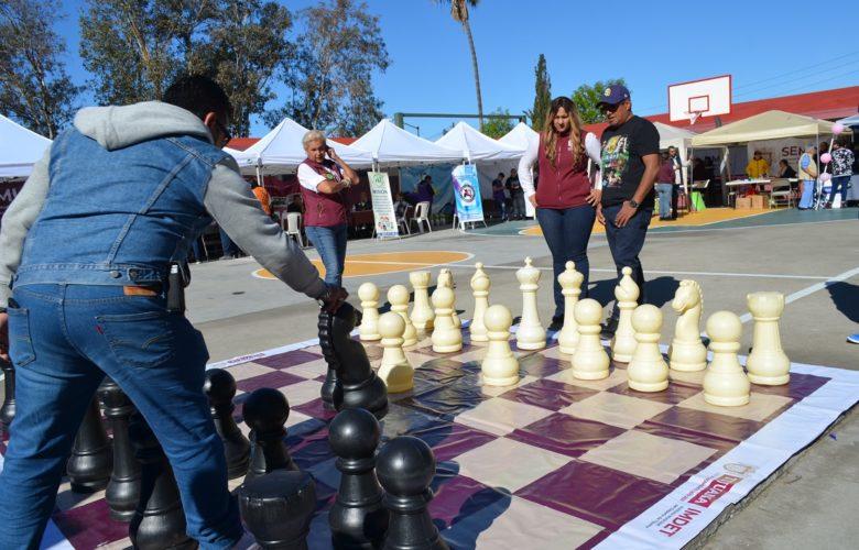 Presentan tablero gigante de ajedrez