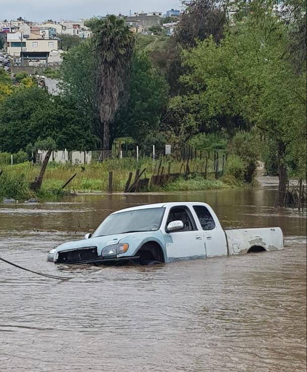 Elementos de la FGE salvan la vida a ciudadano atrapado en arroyo