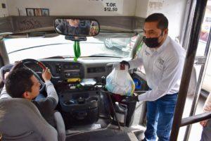 Entrega diputado paquetes de limpieza a choferes del transporte público