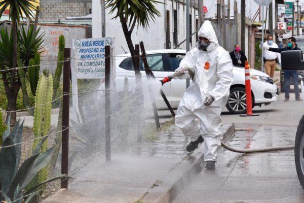 Sanitizan espacios públicos en Rosarito