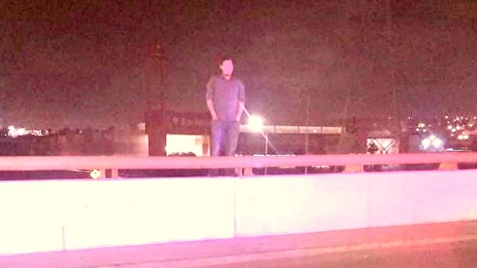 Policías de Rosarito evitan que un hombre se arroje de un puente