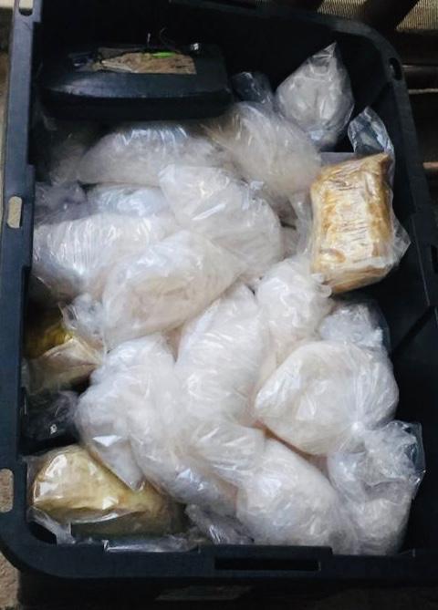 Decomisan fentanilo, metanfetamina, heroína y armas en cateo