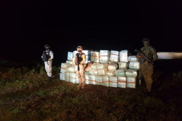Militares localizan embarcación abandonada a la deriva con más de una tonelada de drogas