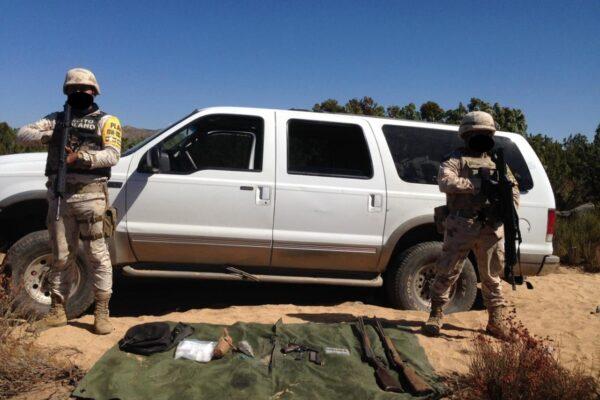 Narcos abandonan camioneta con droga y armas en Santa Catarina