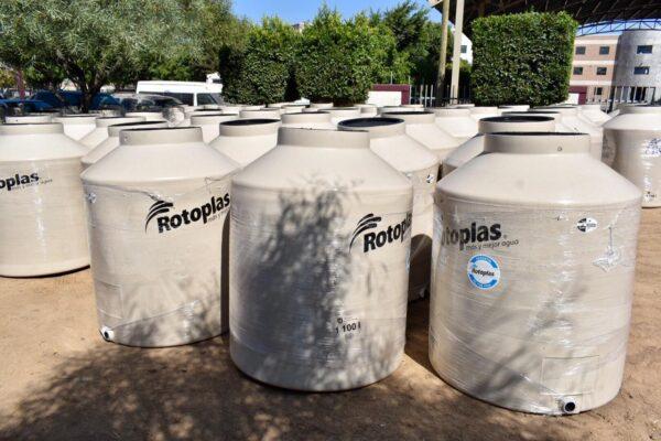 Entregan tinacos para almacenamiento de agua en Rosarito