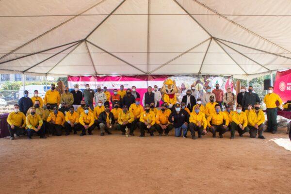 Como héroes son reconocidos combatientes de incendios forestales de BC