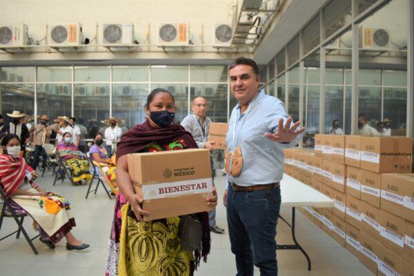 Comunidad Purépecha recibe apoyos alimenticios