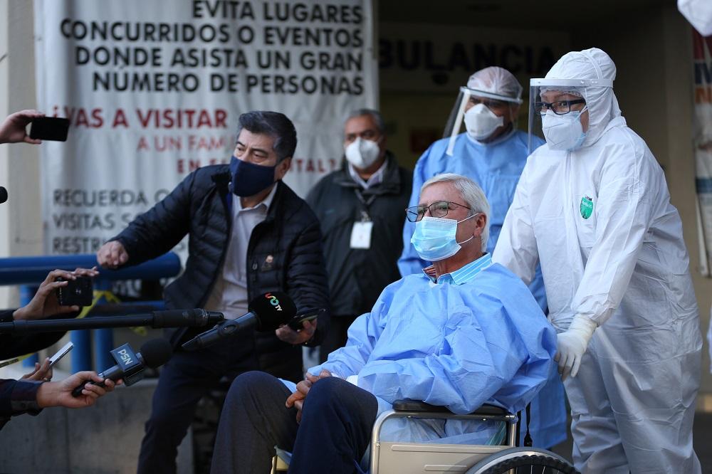 Gobernador Jaime Bonilla egresa del Hospital General de Tijuana en mejor condición de salud