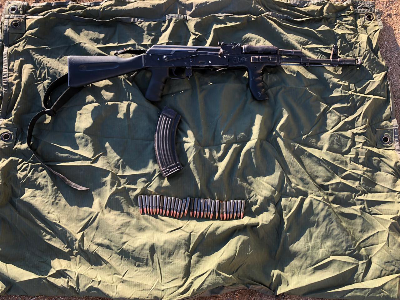Malandros abandonan AK 47 y huyen de militares