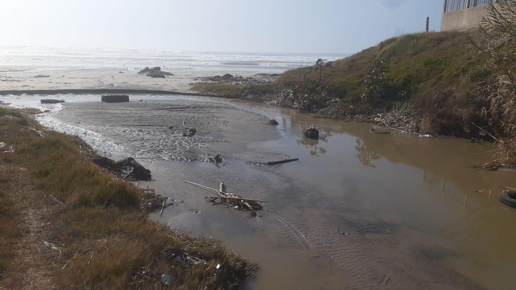 Cierran playas de Rosarito por derrame de aguas negras de planta tratadora
