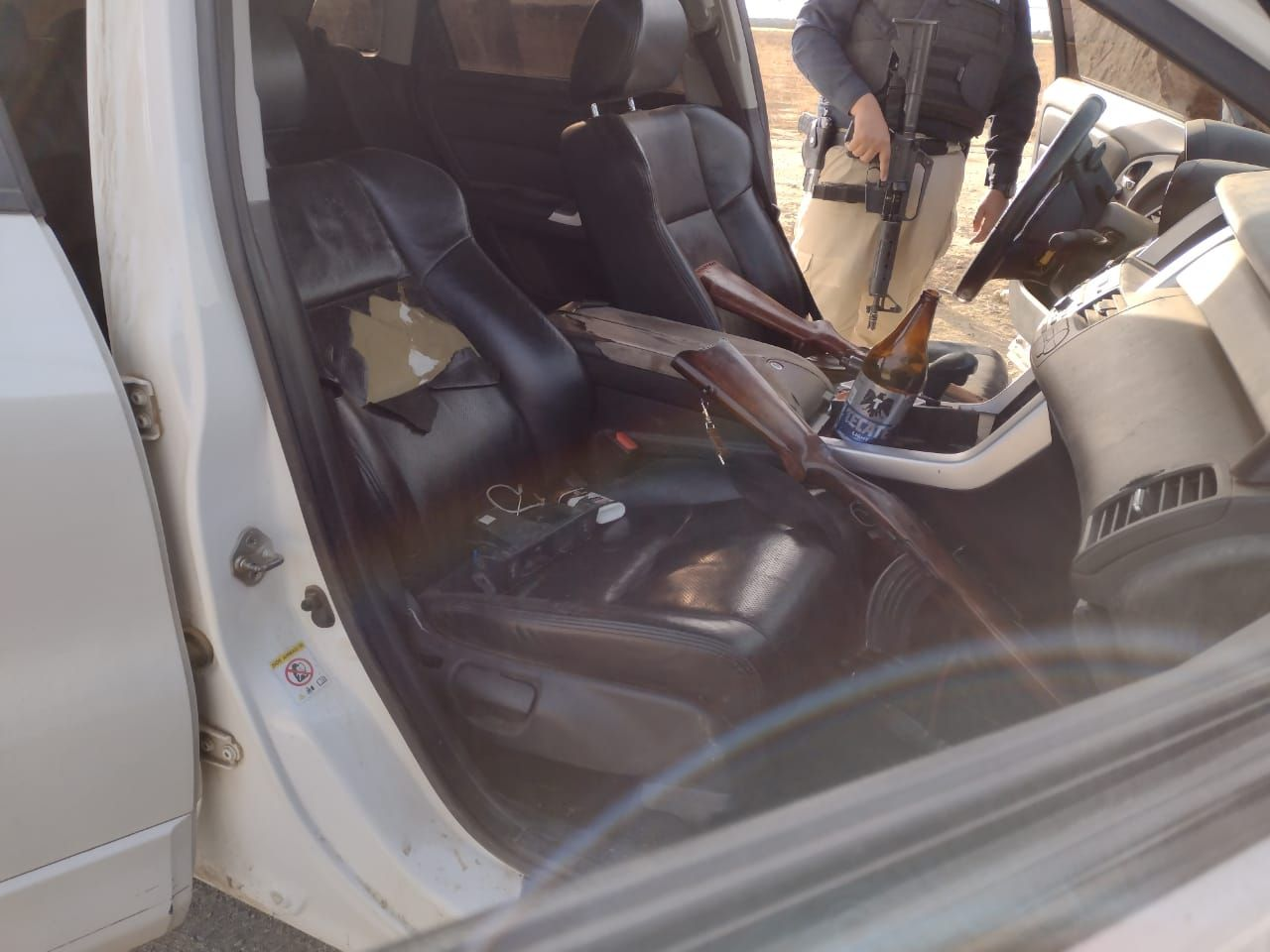 Abandonan camioneta con rifles de asalto