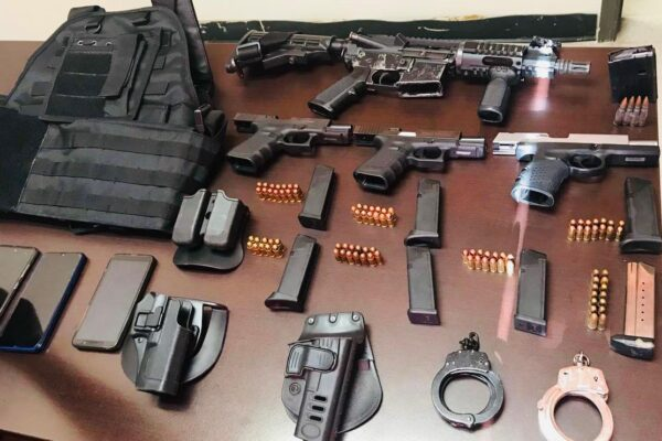 Vinculan a proceso a hombres detenidos con armas en un auto tipo patrulla