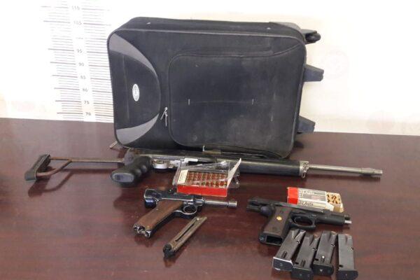 Abandonan maleta con un rifle de alto poder ar-15, dos pistolas, cargadores y cartuchos útiles