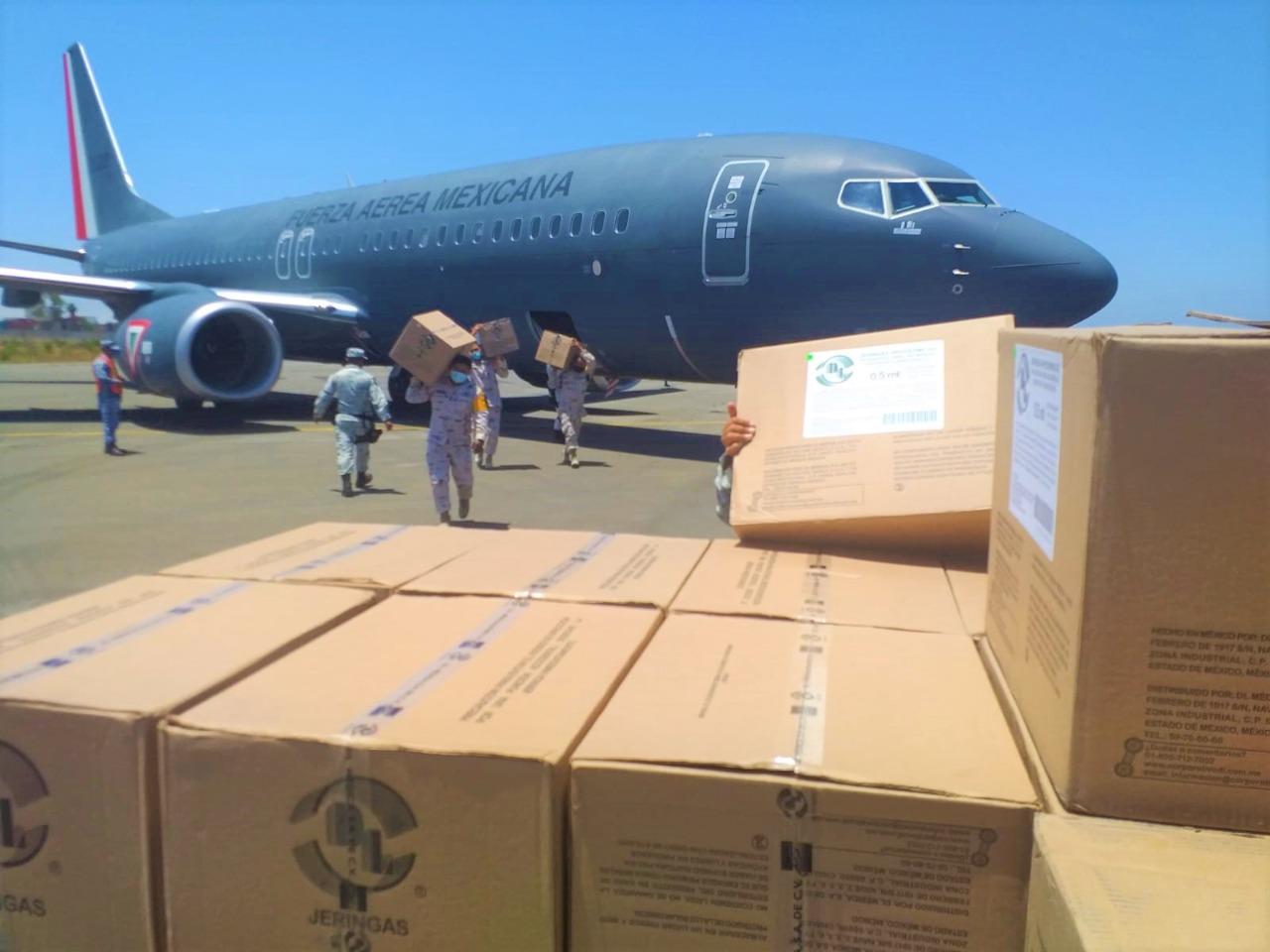 Arriban 125 mil dosis de AstraZeneca a Base Aérea Militar No. 12 de Tijuana