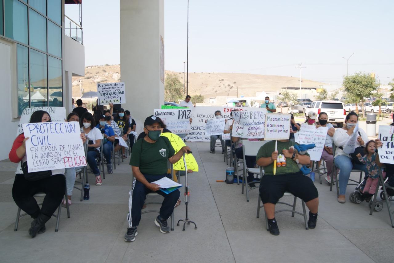 Se manifiestan en Gobierno del Estado por invasión en el Cerro de las Abejas