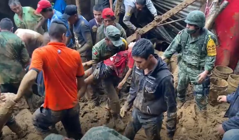 Rescata Ejército Mexicano con vida a menor sepultado en Xalapa por Grace