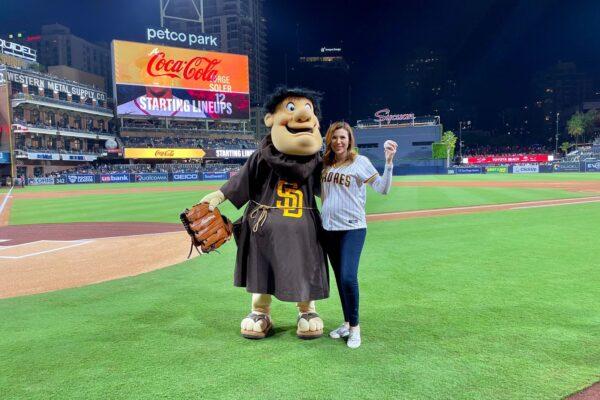 Lanza Marina del Pilar primera bola en juego de Los Padres de San Diego